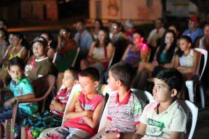 Três vezes inédito: um filme na comunidade; a comunidade produzindo; e se vendo pela primeira vez na telona.